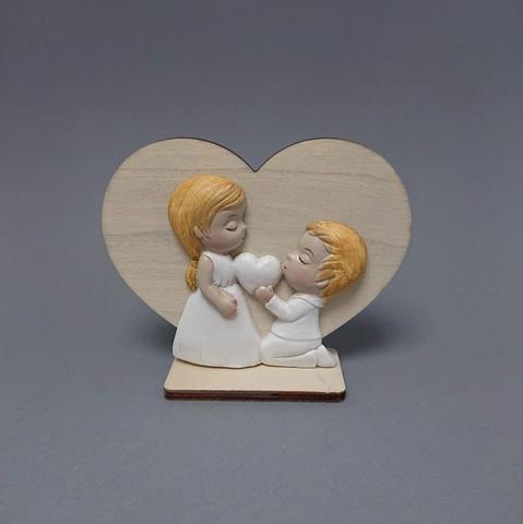Děti poly na dřevěném srdci